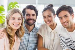 Portrait des amis de sourire s'asseyant ensemble Image stock