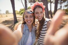 Portrait des amis de sourire se tenant sur le champ Images libres de droits
