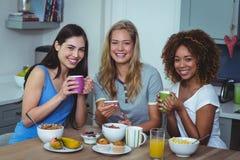 Portrait des amis ethniques multi ayant le café à la table Photos libres de droits