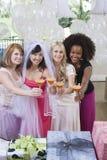 Portrait des amis ethniques multi heureux tenant des verres de cocktail chez Hen Party photographie stock