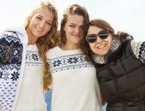 Portrait des amis féminins à la station de sports d'hiver Images libres de droits