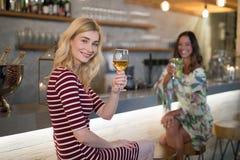 Portrait des amis féminins ayant la boisson au compteur Photos libres de droits