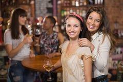 Portrait des amis féminins de sourire dans le bar Photographie stock libre de droits
