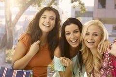 Portrait des amis féminins heureux Photographie stock libre de droits