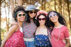 Portrait des amis féminins heureux ensemble Images libres de droits