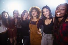Portrait des amis féminins heureux se tenant ensemble Photographie stock libre de droits