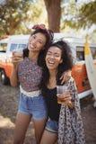 Portrait des amis féminins heureux tenant des verres de bière Photographie stock libre de droits