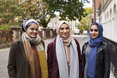 Portrait des amis féminins musulmans dans le milieu urbain Photographie stock libre de droits