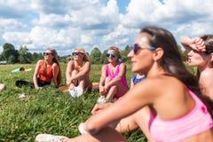 Portrait des amis féminins regardant l'appareil-photo smilling appréciant des vacances Photo libre de droits