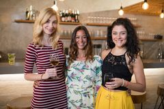 Portrait des amis féminins se tenant au compteur Photo libre de droits