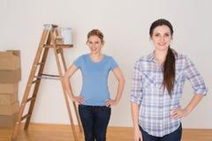 Portrait des amis féminins se tenant dans une nouvelle maison Photos stock