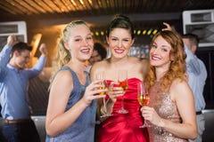 Portrait des amis féminins tenant un verre de champagne Image stock