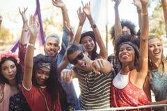 Portrait des amis gais appréciant pendant le festival de musique Photos stock