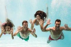 Portrait des amis gais nageant Photographie stock