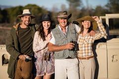 Portrait des amis heureux appréciant pendant des vacances de safari Photographie stock libre de droits