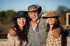 Portrait des amis heureux appréciant pendant des vacances de safari Image stock