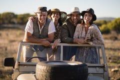 Portrait des amis heureux appréciant pendant des vacances de safari Photographie stock