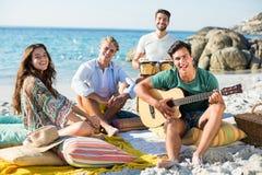 Portrait des amis heureux appréciant sur le rivage Image stock