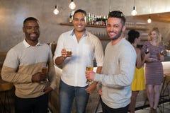 Portrait des amis heureux ayant des boissons Photographie stock libre de droits