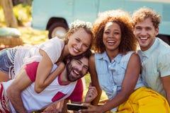 Portrait des amis heureux ayant l'amusement ensemble Photo libre de droits