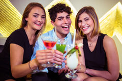 Portrait des amis heureux dans la boîte de nuit Image libre de droits