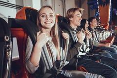Portrait des amis heureux s'amusant sur le carrousel Photos stock