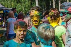 Portrait des amis heureux sur le festival de couleur de holi Photographie stock libre de droits