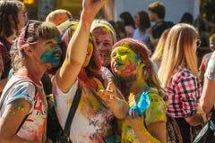 Portrait des amis heureux sur le festival de couleur de holi faisant le selfi Images stock
