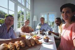 Portrait des amis heureux tout en prenant le petit déjeuner Images libres de droits
