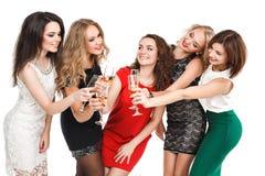 Portrait des amis joyeux grillant à la nouvelle année Image libre de droits