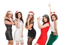 Portrait des amis joyeux grillant à la nouvelle année Images stock
