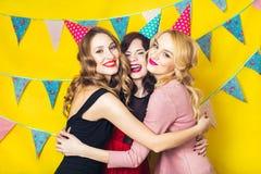 Portrait des amis joyeux grillant et regardant l'appareil-photo la fête d'anniversaire Filles de sourire Photos stock