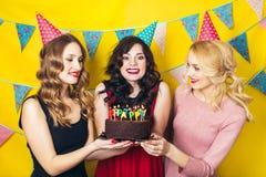 Portrait des amis joyeux grillant et regardant l'appareil-photo la fête d'anniversaire Filles de sourire Images libres de droits