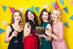 Portrait des amis joyeux grillant et regardant l'appareil-photo la fête d'anniversaire Filles de sourire avec des verres de champ Photo libre de droits
