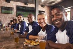 Portrait des amis masculins au compteur dans la barre de sports Photo libre de droits