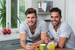 Portrait des amis masculins avec le téléphone Image stock