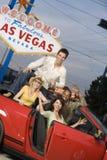 Portrait des amis masculins et féminins dans la voiture Photo stock