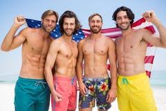 Portrait des amis masculins tenant le drapeau américain Photo libre de droits