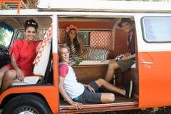 Portrait des amis s'asseyant se reposant dans le camping-car Photos libres de droits