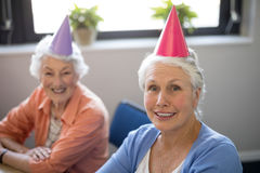 Portrait des amis supérieurs de sourire utilisant des chapeaux de partie Photographie stock libre de droits