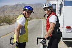 Portrait des amis supérieurs se tenant prêt leurs bicyclettes Photo libre de droits