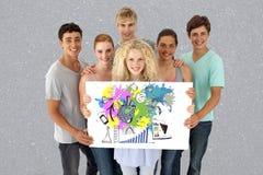 Portrait des amis tenant le panneau d'affichage avec des graphiques sur le fond gris Photo libre de droits