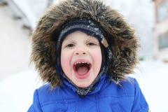 Portrait des 3 années heureuses d'enfant en bas âge en hiver dehors Photographie stock