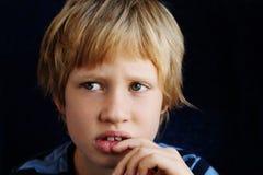 Portrait des 7 années mignonnes de garçon Photographie stock libre de droits