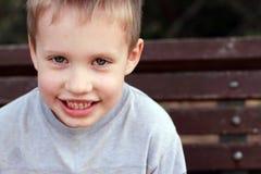Portrait des 5 années mignonnes de garçon d'enfant Images libres de droits
