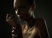 Portrait des Art und Weisefrauenbaumusters lizenzfreies stockfoto