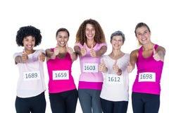 Portrait des athlètes de sourire avec des pouces  Photographie stock libre de droits