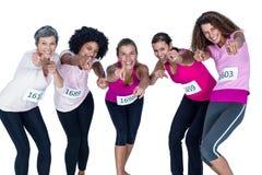 Portrait des athlètes de sourire se dirigeant tout en se pliant Photo libre de droits