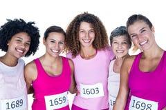 Portrait des athlètes féminins de sourire avec des bras autour Image stock