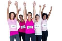 Portrait des athlètes féminins heureux avec des bras augmentés Photographie stock libre de droits